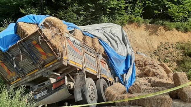 Saman balyası yüklü kamyon isnat duvarına girdi