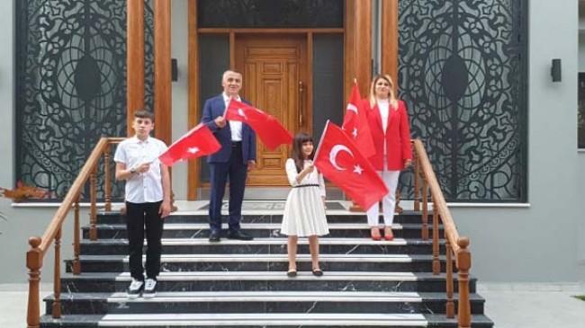 İstiklal Marşı'nı ailesi ile birlikte okudu